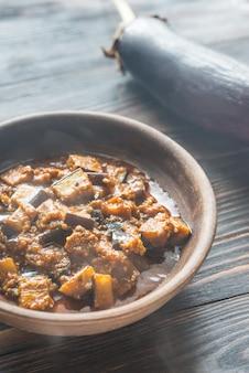 Schüssel aubergine mit rogan-josh-sauce