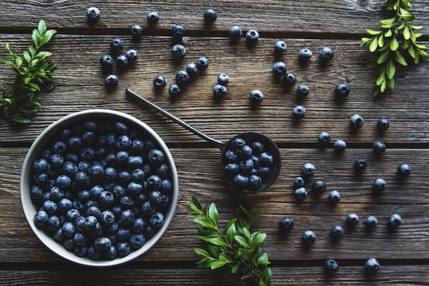 Schüssel blaubeeren auf einem hölzernen hintergrund. gesundes essen, gesundheit