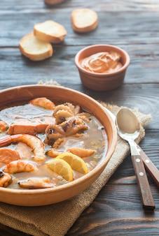 Schüssel bouillabaisse auf holztisch