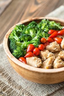 Schüssel brokkoli und hühnchen unter rühren braten