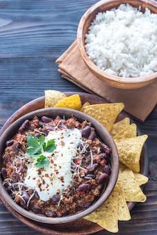 Schüssel chili con carne mit weißem reis