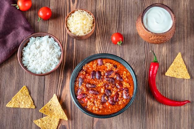 Schüssel chili con carne mit zutaten