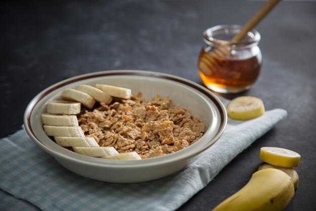 Schüssel cornflakes mit banane und honig