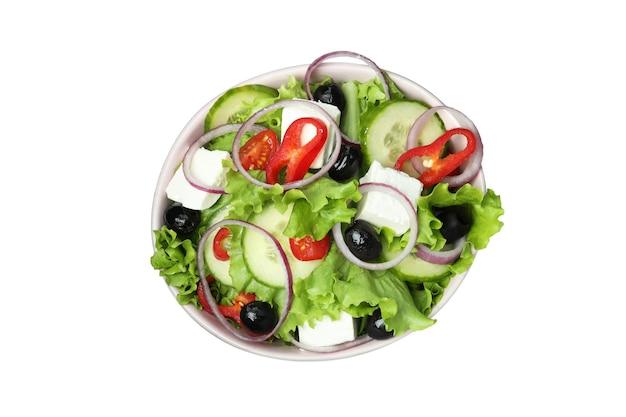 Schüssel des griechischen salats lokalisiert auf weiß
