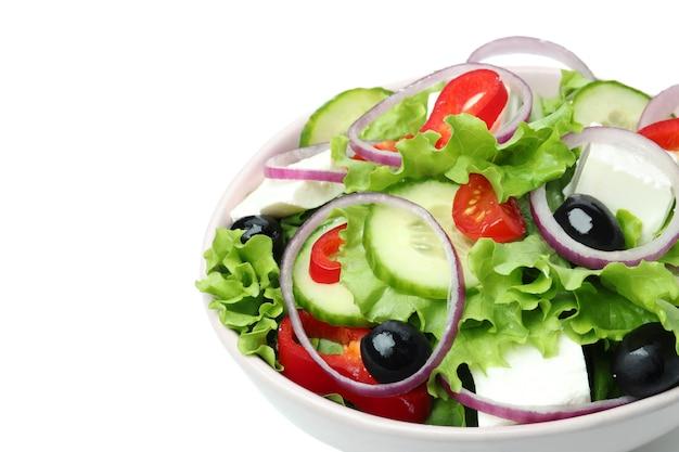 Schüssel des griechischen salats lokalisiert auf weißem hintergrund