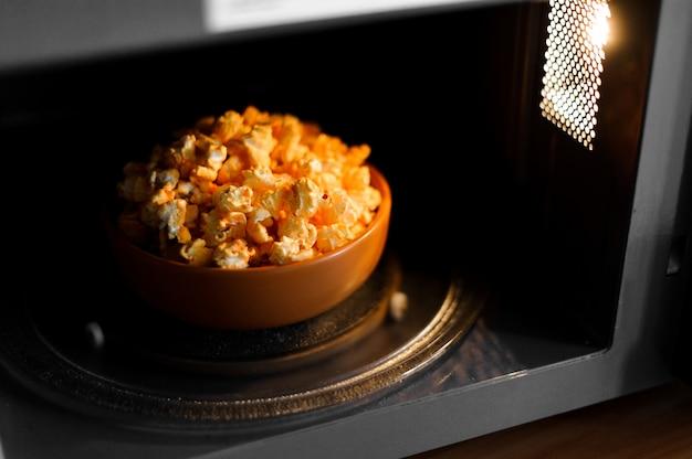 Schüssel eines köstlichen popcorns in der mikrowelle