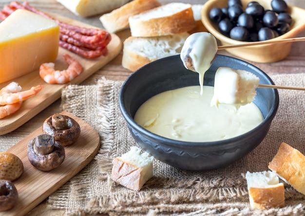 Schüssel fondue mit vorspeisen