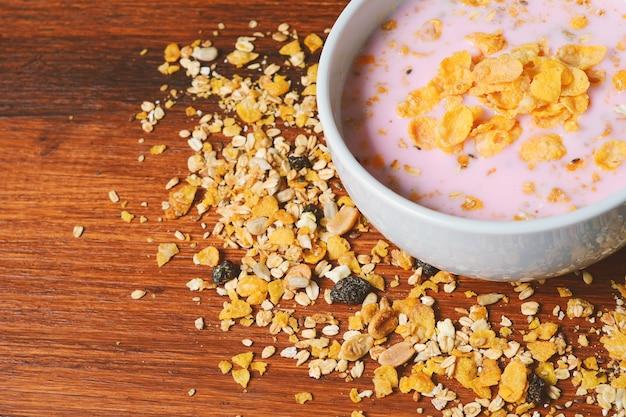 Schüssel frischer jogurt mit granola und trockenfrüchten