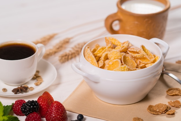 Schüssel frühstücksflocken mit tasse kaffee