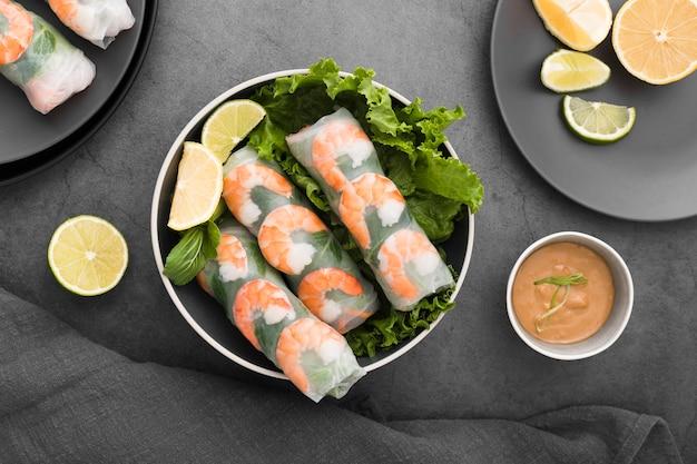 Schüssel garnelenröllchen mit salat und zitrone
