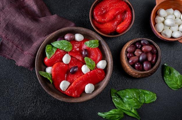 Schüssel gebackene paprika mit mozarella und kalamata oliven