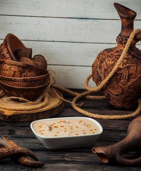 Schüssel gebratenes huhn in cremiger käsesauce