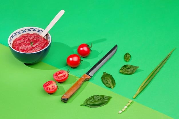 Schüssel gehackte tomaten auf grünem tisch