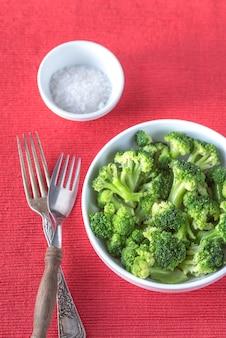 Schüssel gekochten brokkoli mit gewürzen