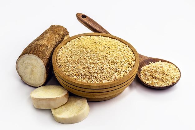 Schüssel geröstetes maniokmehl auf isolierter weißer oberfläche, alternatives bio-mehl