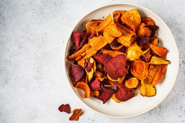 Schüssel gesunde gemüsechips von den roten rüben, von den süßkartoffeln und von den karotten