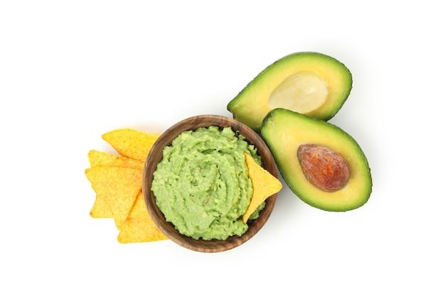 Schüssel guacamole, avocado und chips lokalisiert auf weißem hintergrund