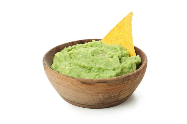 Schüssel guacamole mit chip lokalisiert auf weißem hintergrund