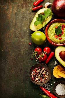 Schüssel guacamole mit frischen zutaten