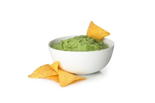 Schüssel guacamole und chips lokalisiert auf weißem hintergrund