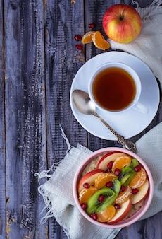 Schüssel haferflocken mit früchten