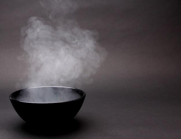 Schüssel heiße suppe auf schwarzem