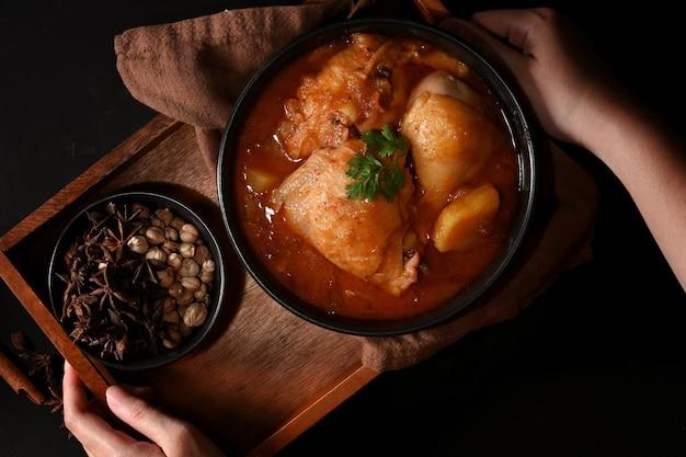 Schüssel hühnchen massaman curry suppe