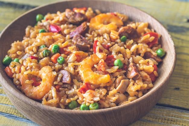 Schüssel huhn und chorizo paella