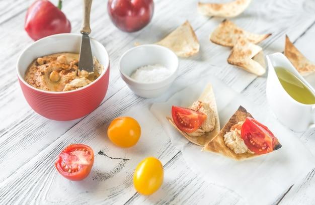Schüssel hummus mit und tortillachips