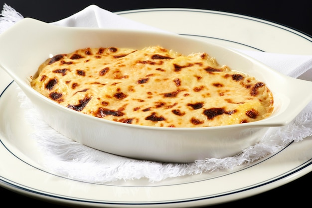Schüssel italienische lasagne mit käsespitze