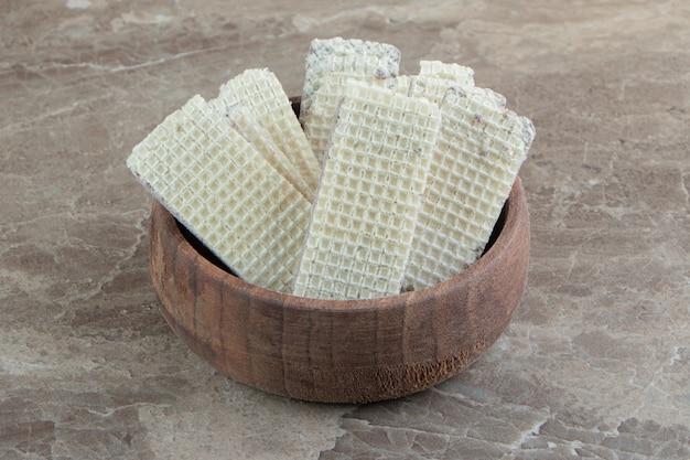 Schüssel knusprige waffeln auf marmoroberfläche