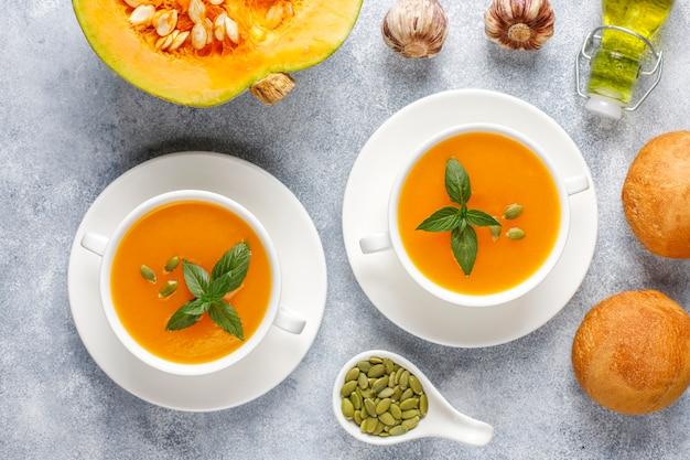 Schüssel köstliche kürbissuppe mit samen.