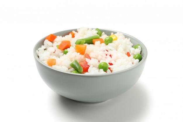 Schüssel köstlichen reis mit gemüse lokalisiert auf weißer oberfläche