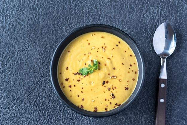 Schüssel linsen-kokos-cremesuppe
