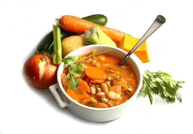 Schüssel minestrone mit frischgemüse