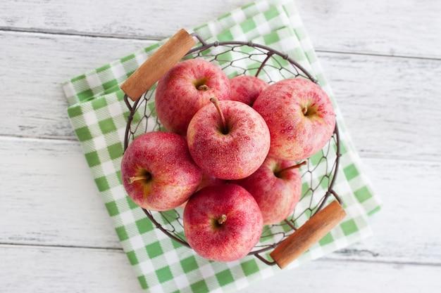 Schüssel mit äpfeln