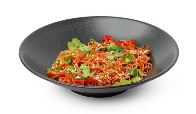Schüssel mit asiatischen wok-nudeln, isoliert auf weiss