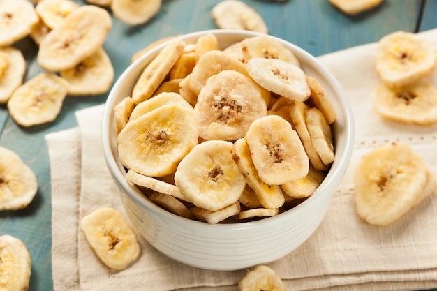 Schüssel mit bio-bananenscheiben