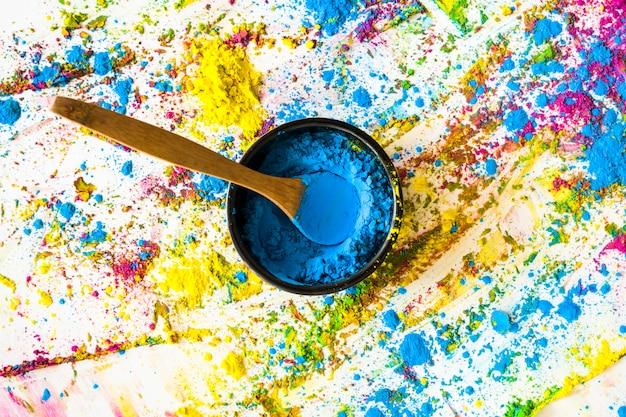 Schüssel mit blauer trockener farbe zwischen hellen farben