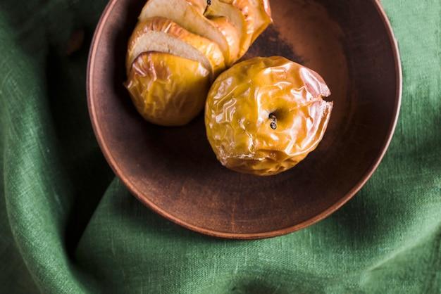 Schüssel mit bratäpfeln