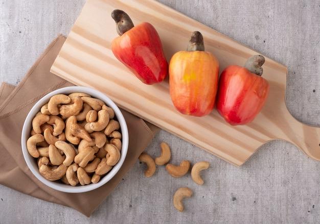 Schüssel mit cashew auf einem holztisch