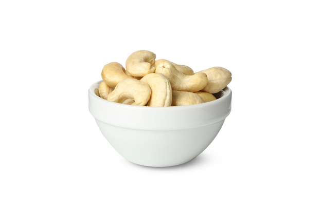 Schüssel mit cashewnüssen lokalisiert auf weißem hintergrund