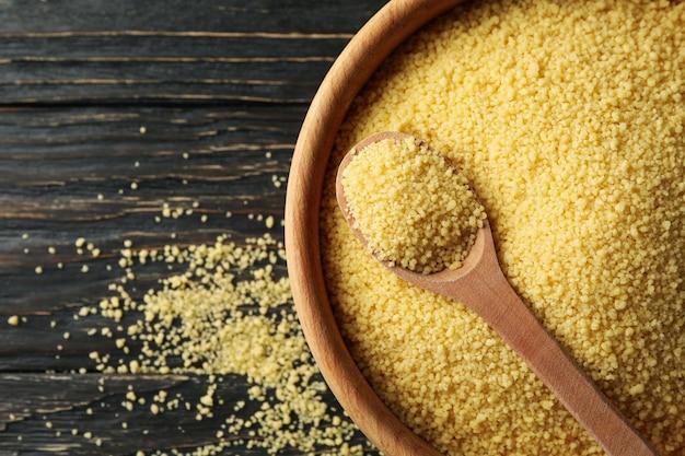 Schüssel mit couscous und löffel