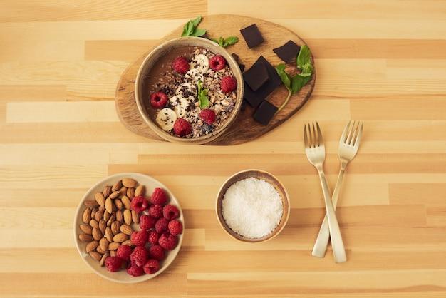 Schüssel mit dessert und zutaten, die es enthält