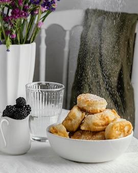 Schüssel mit donuts auf dem tisch