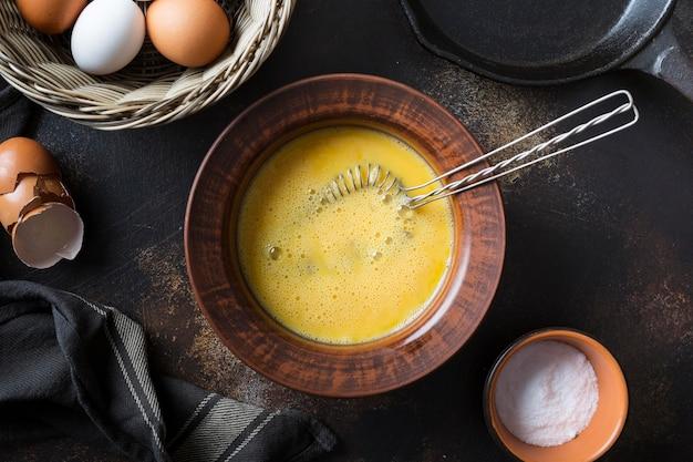 Schüssel mit eigelb für omlette Kostenlose Fotos