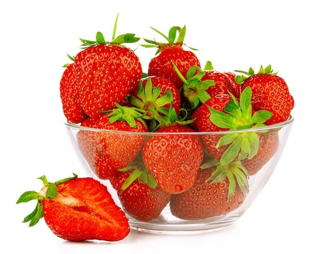 Schüssel mit erdbeeren isoliert. nahansicht.