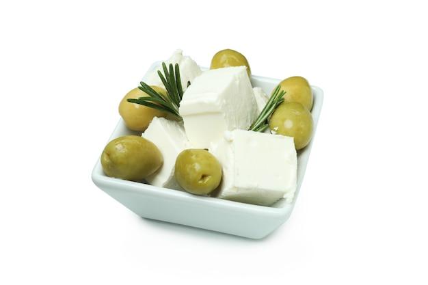 Schüssel mit feta-käse, oliven und rosmarin isoliert auf weißer oberfläche