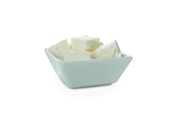 Schüssel mit feta-käsestücken isoliert auf weißer oberfläche