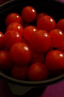 Schüssel mit frischen tomaten, gärten